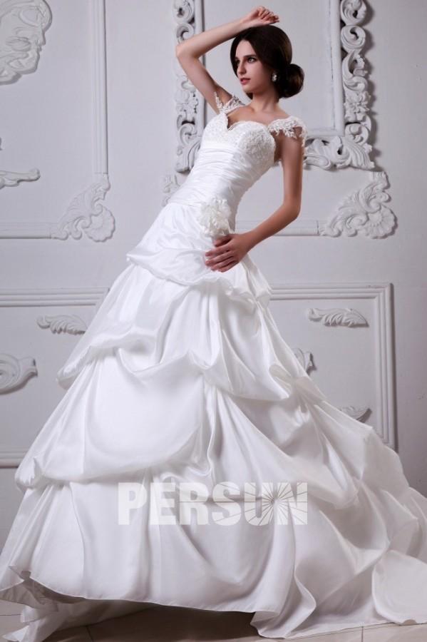 Robe mariée princesse bustier décolleté en cœur ornée de applique