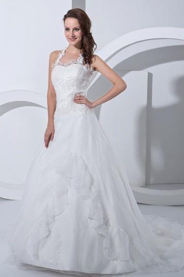 Robe de mariée longue décolleté en cœur avec bretelle au cou ornée de applique