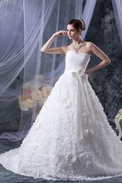 Robe de mariée princesse bustier coeur à jupe et détails floraux