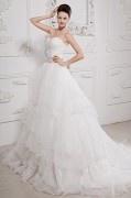 Robe de mariée bustier décolleté en cœur sans bretelle ornée de bijoux et ruché