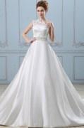 Robe de mariée princesse encolure asymetrique ornée de bijoux, applique
