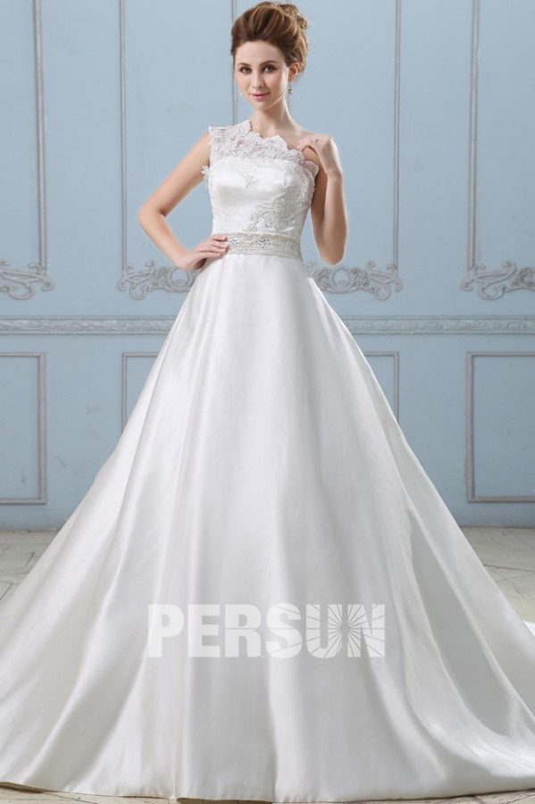 robe de mariée princesse satinée encolure asymétrique brodée de dentelle