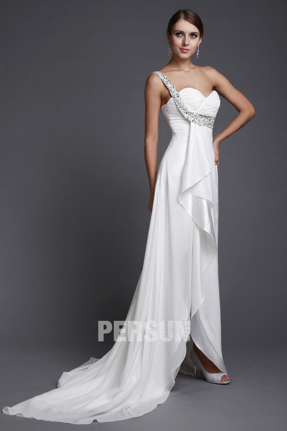 robe asymétrique de mariée en mousseline avec courte traîne
