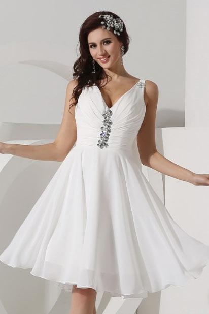Robe blanche courte décolleté en V décorée de strass en mousseline