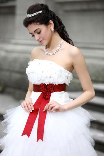 robe de mariée courte devant longue derrière bustier droit avec ceinture rouge