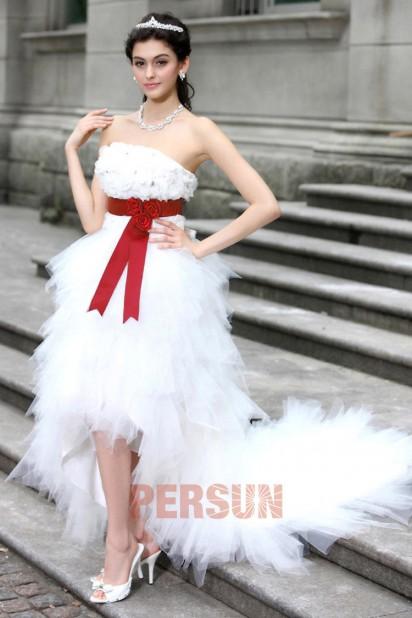 Robe mariée bustier courte devant longue derrière accessoirisée d'une ceinture rouge