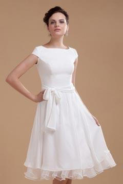 Robe de mariée simple col bateau à mancheron dotée d'une ceinture
