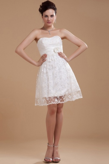 Robe de mariée dentelle bustier coeur ornée de fleur
