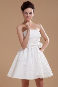 Mini robe blanche bustier Empire dotée d'une fleur faite à la main