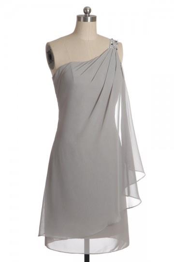 Robe de soirée blanche col asymétrique ornée de bijoux