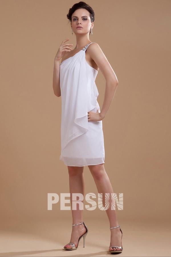f3615cf64229 Robe de soirée blanche col asymétrique ornée de bijoux – Persun.fr