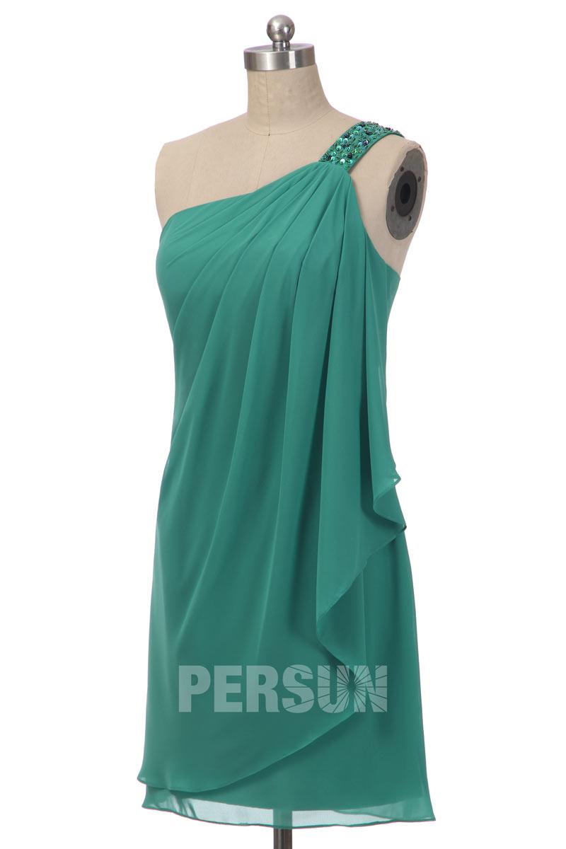 Robe cocktail verte col asymétrique ornée de bijoux