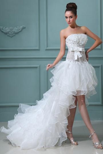 1504eebe51f Robe mariée courte décolleté en coeur ornée de fleurs en organza ...