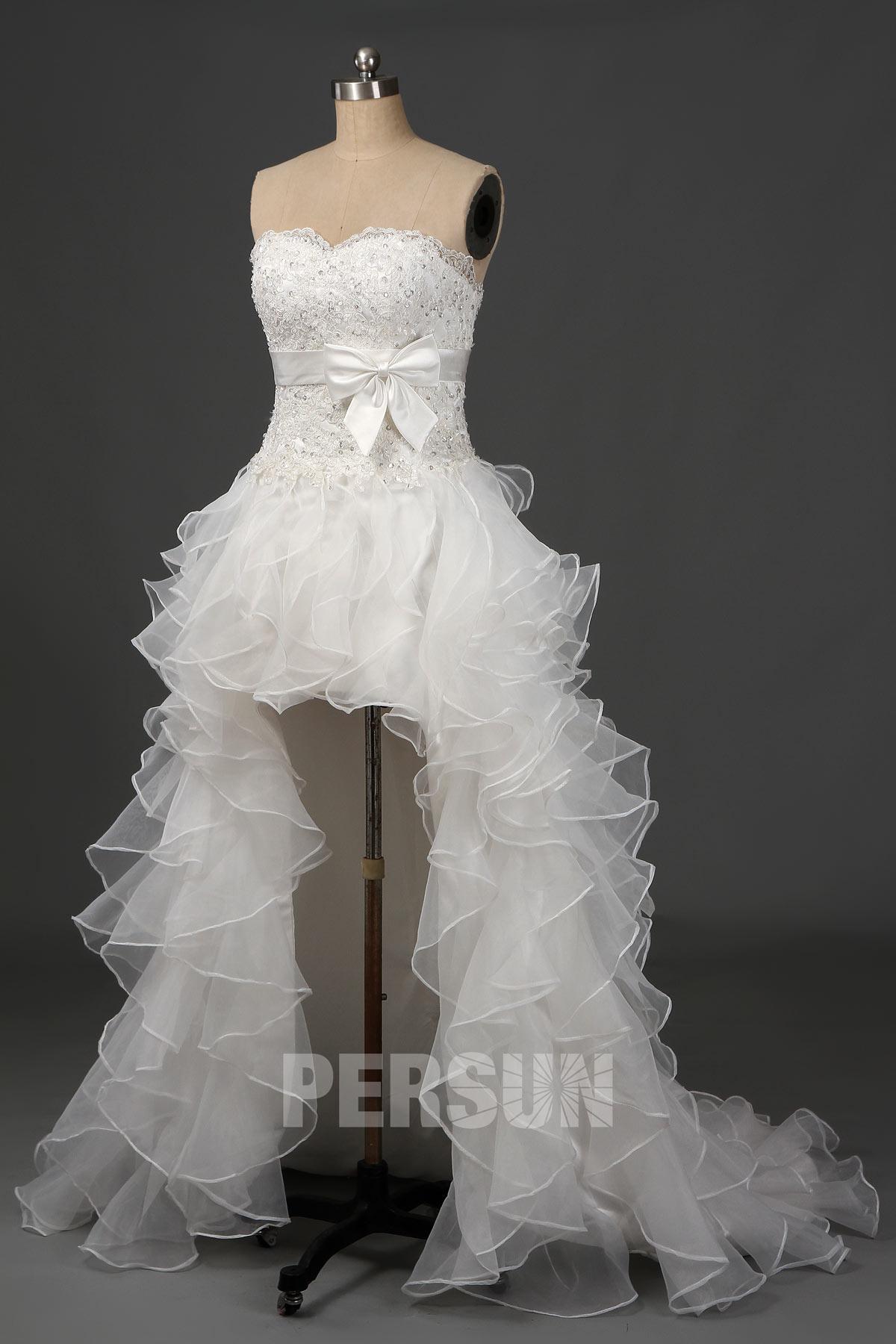 robe de mariée courte devant longue derrière bustier appliquée de dentelle jupe à volant