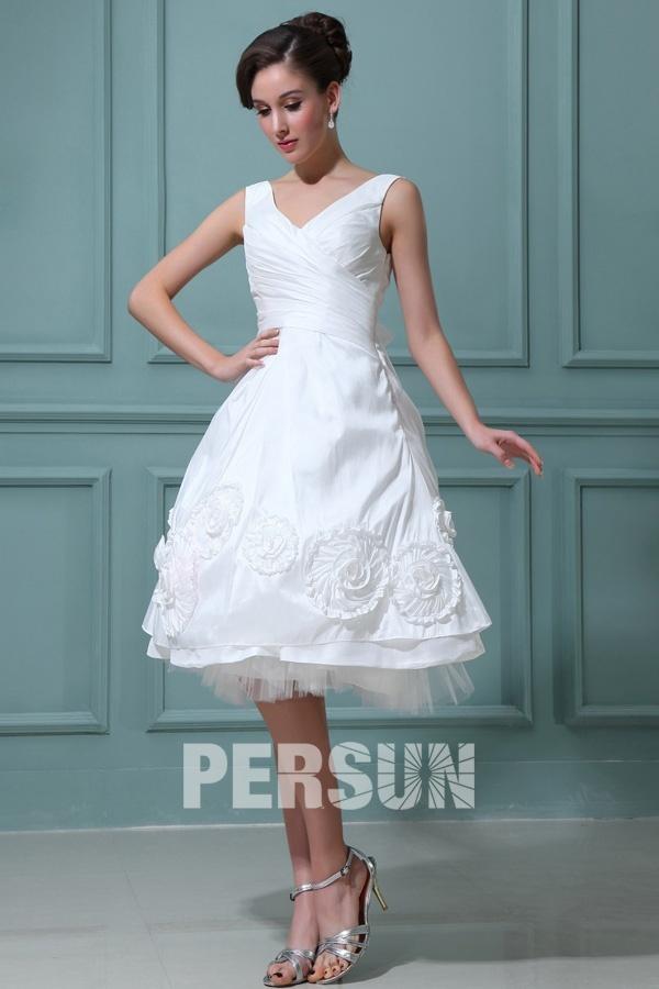 robe de mariée courte col V en taffetas ornée de fleurs
