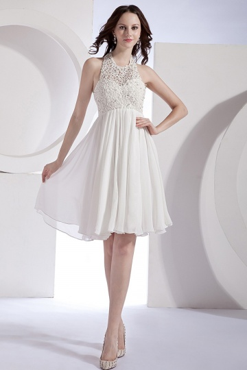 Robe courte blanche col américain Empire dotée d'un corset ajouré