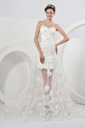 Robe de mariée moderne décolleté en coeur équipée d'une traîne florale