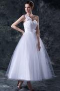 Robe de mariée princesse à une épaule ornée de fleurs