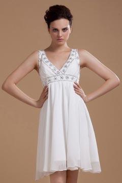 Robe courte blanche col en V ornée de bijoux