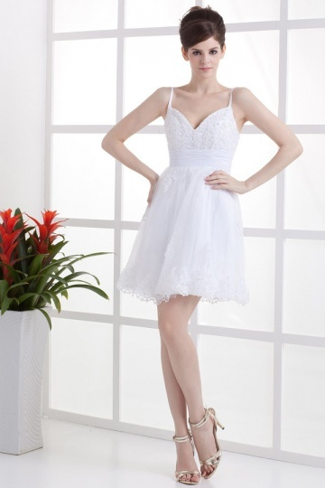 Robe de mariée courte col V Empire ornée de motifs dentelles