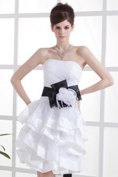 Robe de mariée courte décolleté en cœur ornée de fleur