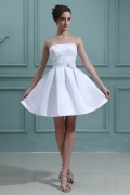 Mini robe de mariée simple ornée d'une fleur
