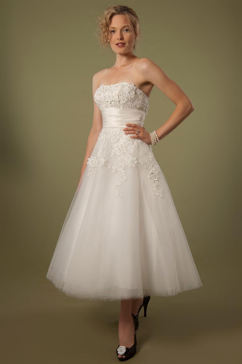 robe de mariée vintage mi-longue bustier appliquée de dentelle florale
