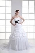 Robe blanche de mariée ruchée ceinturé en noir avec fleur