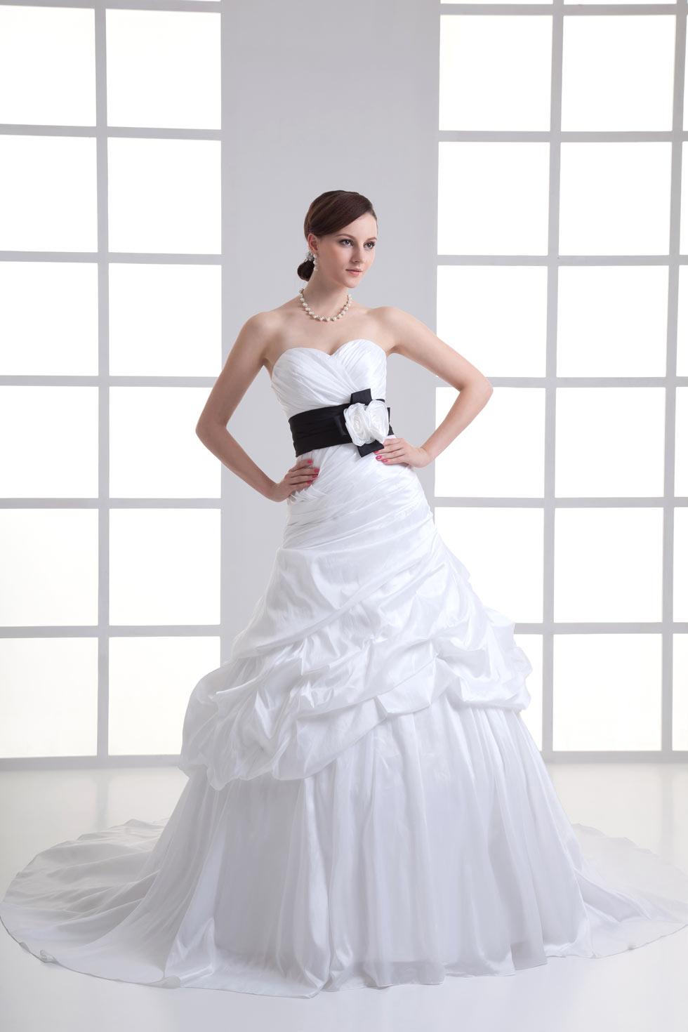 feb7d43edf8 Robe blanche de mariée ruchée ceinturé en noir avec fleur - Persun.fr