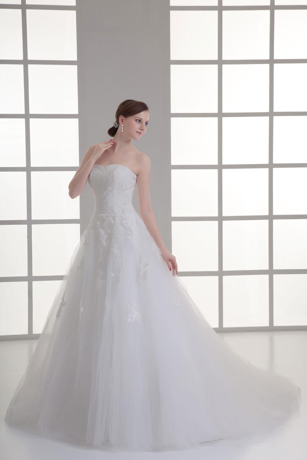 Robe de mariée en dentelle raffiné avec bijoux et appliques