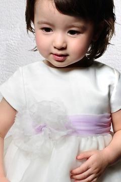 Robe cortège fille en organza à volant ornée d'une fleur et d'un nœud papillon