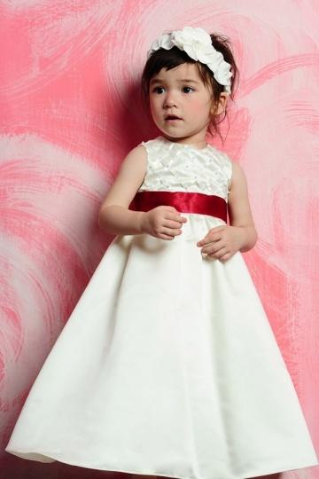 Robe mariage enfant longue en satin ornée d'une ceinture rouge