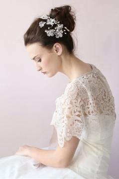Accessoire coiffure pour mariée avec dentelle perle & strass