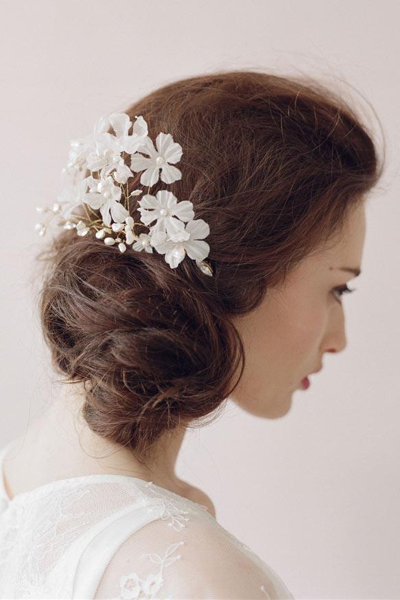 peigne de mariée romantique embelli de fleur et de perle