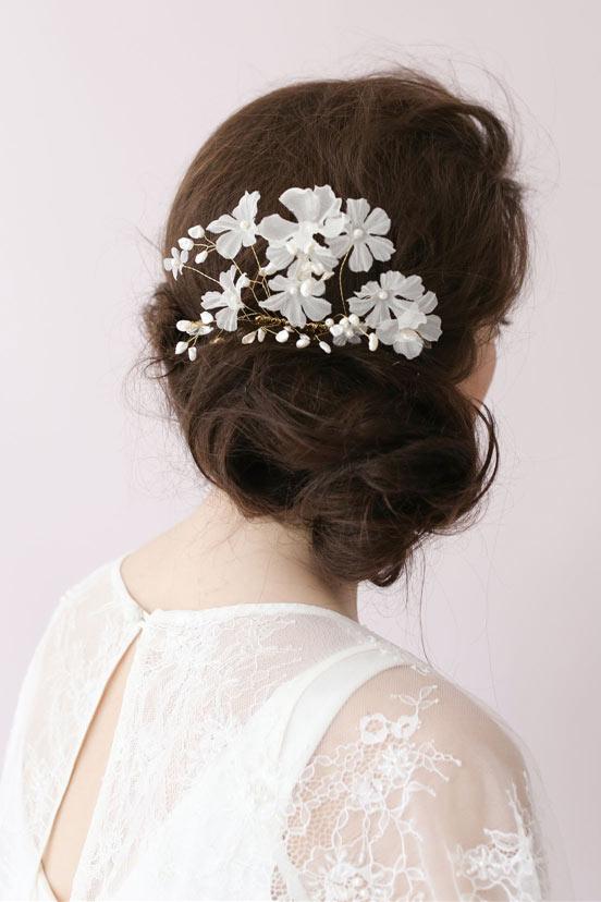 peighe de la mariée ornée de perles et de fleurs blancheS 3D