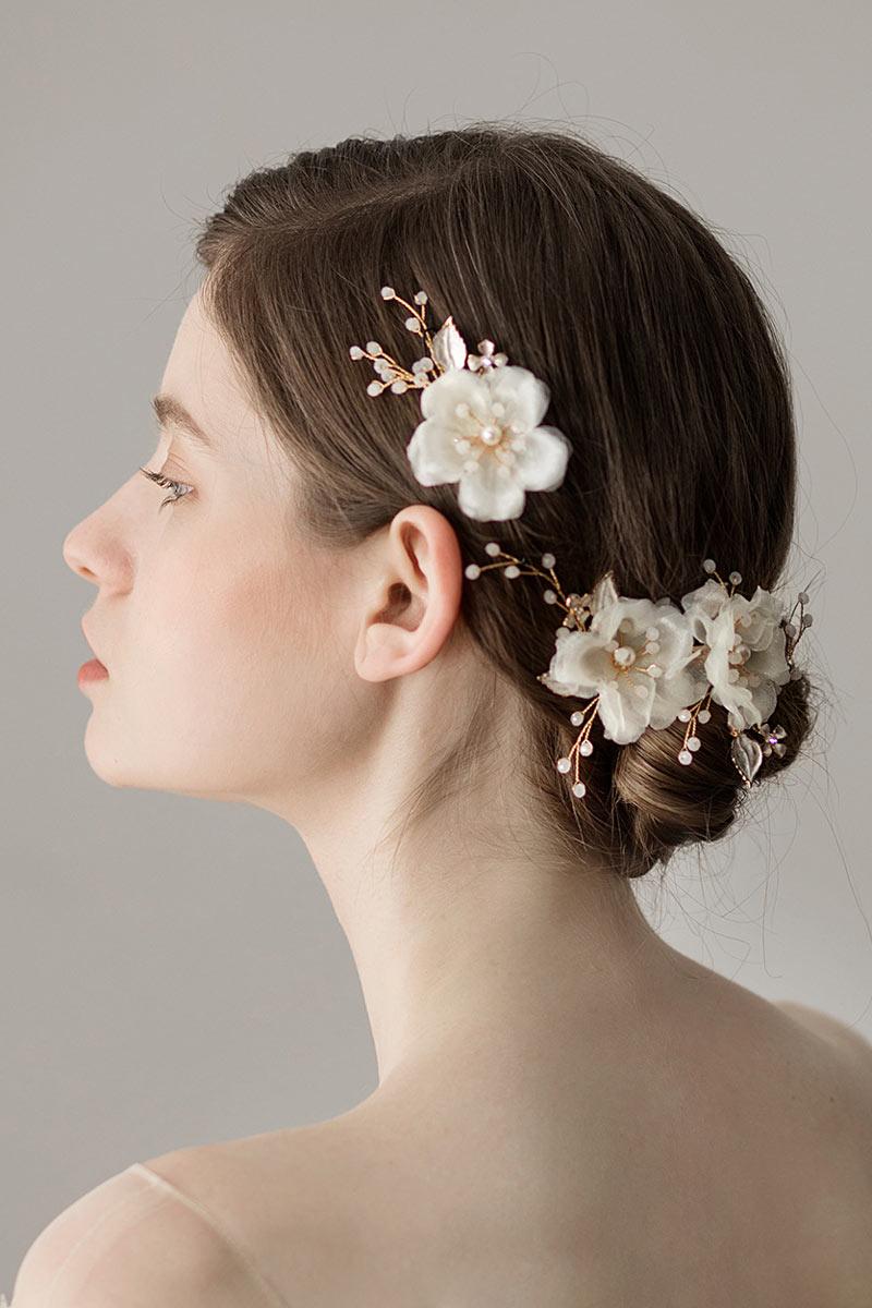 peigne de la mariée embelli de fleurs blanches et perles