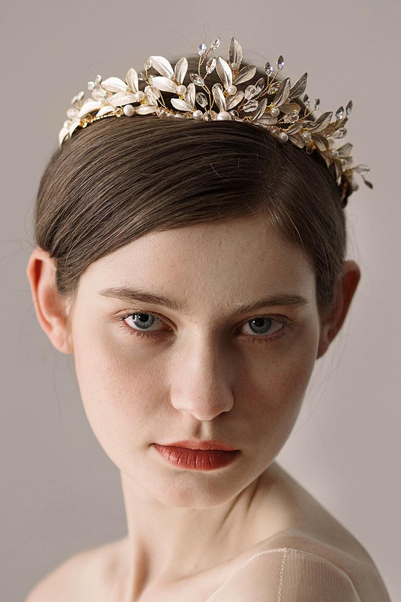 couronne dorée pour mariée aux feuilles argentées laquées ornée de perles