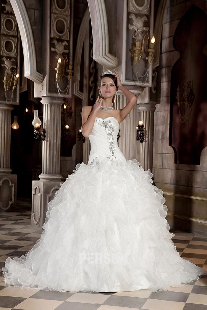 robe de mariée taille bass bustier coeur embelli de bijoux jupe à volants