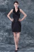 Petite robe noire mère de mariée col V ornée de fleurs