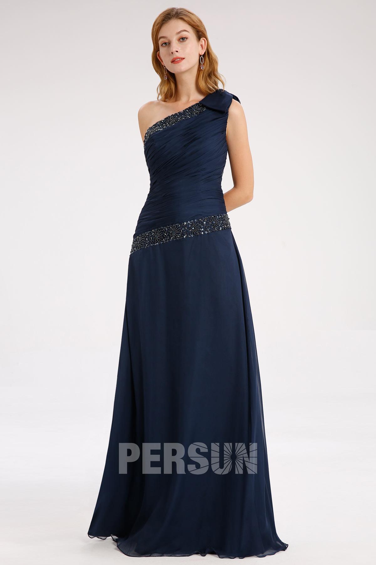 robe demoiselle d'honneur bleu marine col asymétrique ornée de bijoux