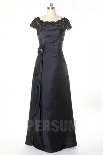 Elégante robe de soirée longue noire à encolure de dentelle festonnée