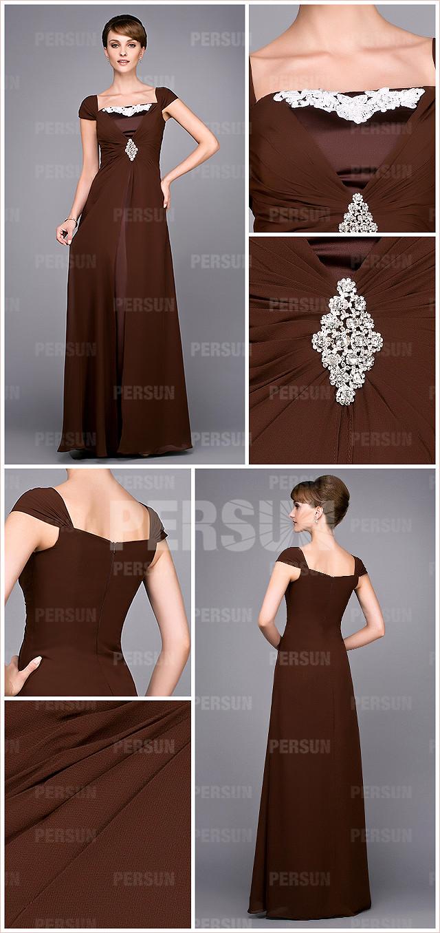 Elégante robe brune col carré ornée de bijoux pour mère