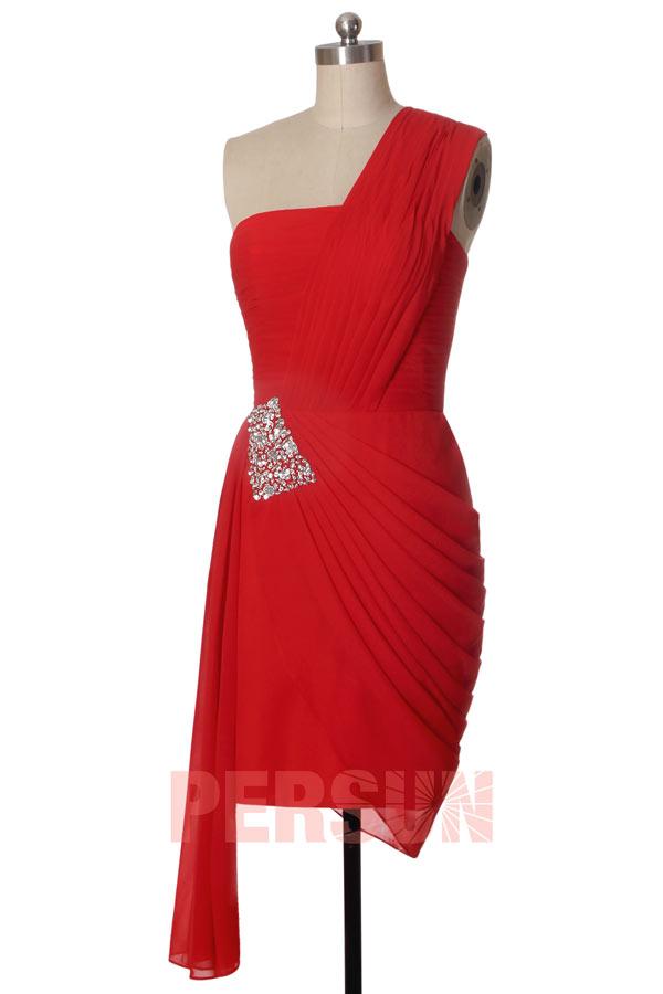 robe de soirée rouge courte moulante asymétrique plissé embelli de strass