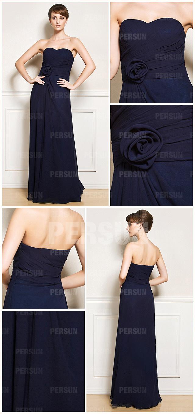 robe simple marine ornée d'une fleur à la taille