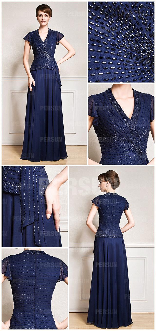 robe bleu nuit encolure en V & au ras du sol mère marié parée de bijoux