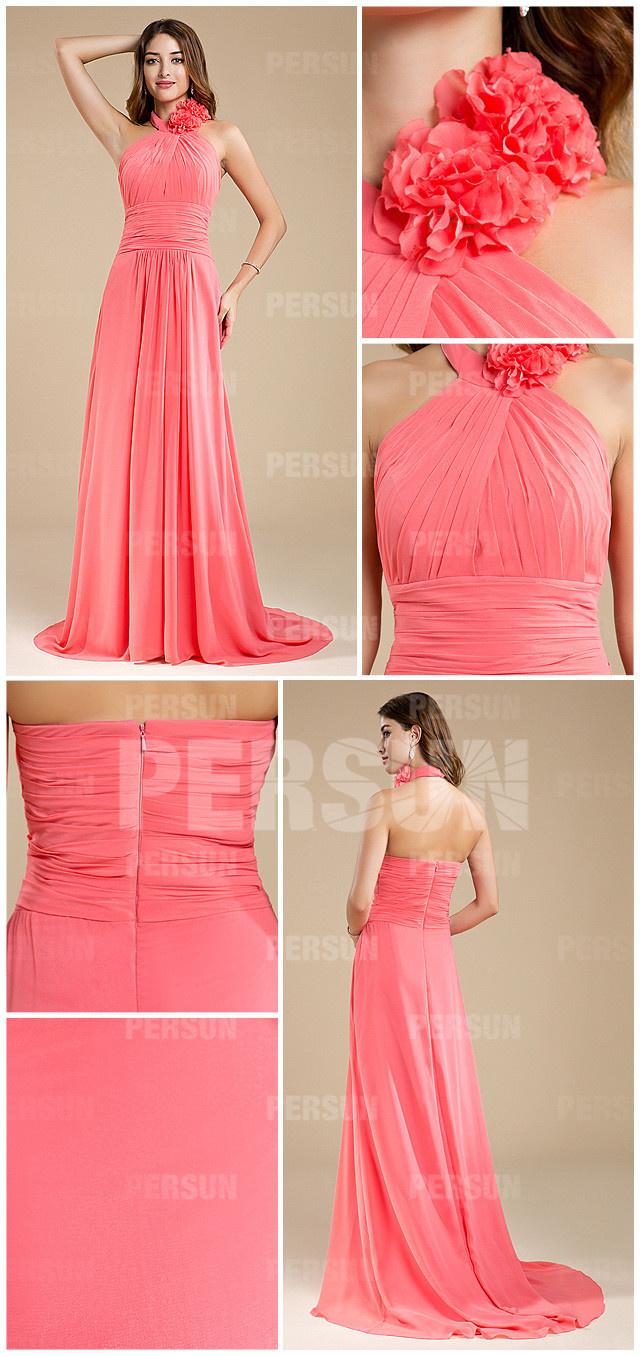 Elégante robe corail longue col ornée de bijoux pour automne mariage