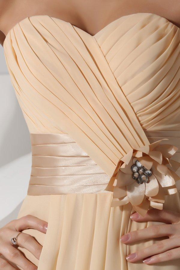 tenue simple robe bustier cœur avec fleurs fait main ornée de bijoux pour soirée mondaine
