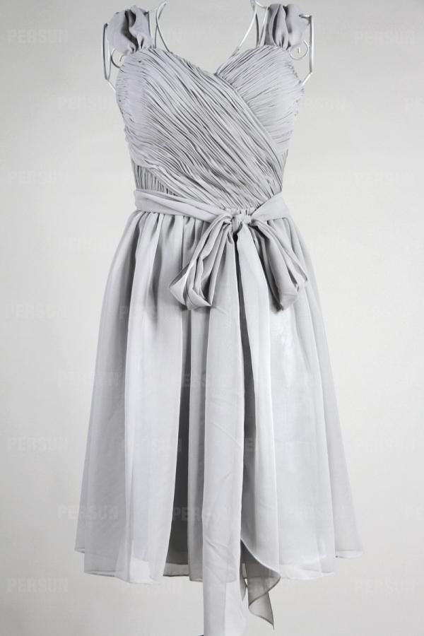 Robe longueur genoux plissée à bretelle ceinturée