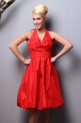 Robe rouge ruchée courte jupe ample en taffetas