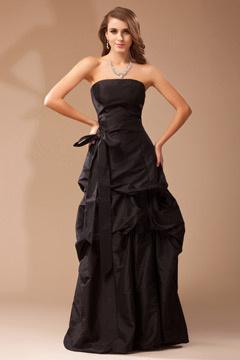 Robe bustier noire en taffetas accessoirisée d'une ceinture